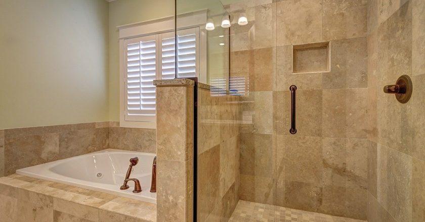 Trzy pomysły na aranżację łazienki w nowoczesnym stylu