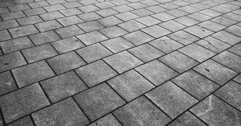 Co trzeba wiedzieć o kostce i płytach betonowych?