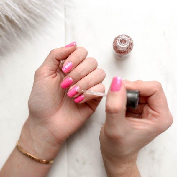 Żele do przedłużania paznokci na tipsie – czym się od siebie różnią?