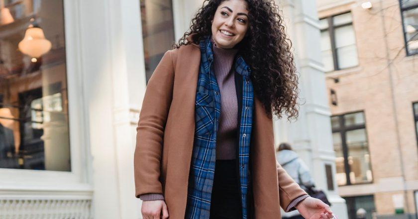 Czarny płaszcz damski – must have w damskiej garderobie