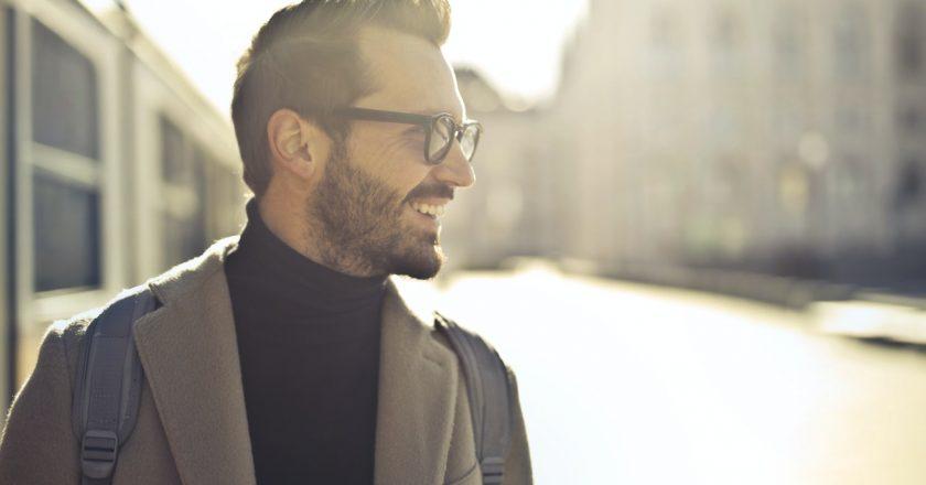 Eleganckie zimowe płaszcze dla młodych mężczyzn – czym się powinny charakteryzować?
