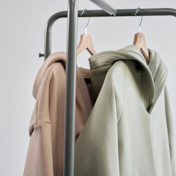 Modne bluzy damskie: jakie kolory będą modne jesienią 2021 roku?
